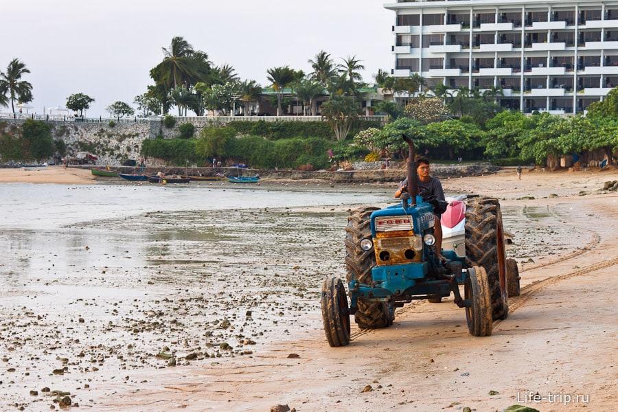 На тракторе по пляжу