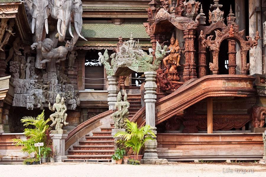Одна из лестниц в храм