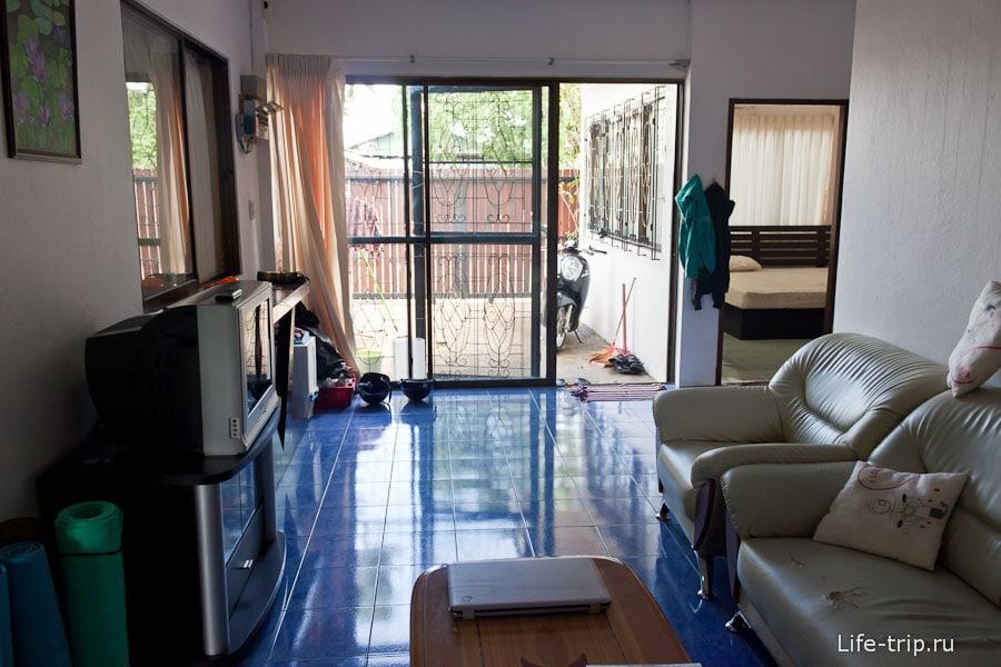 Вид из гостиной во двор