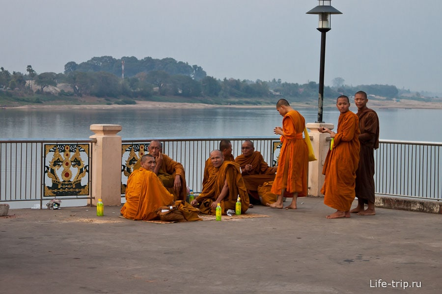 Монахи кучкуются