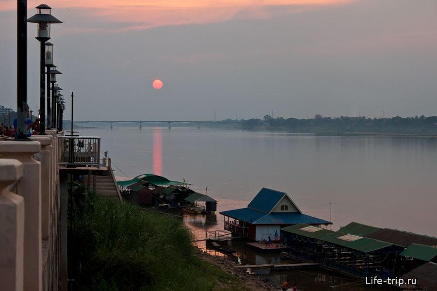 Закат на набережной Нонг Кхай