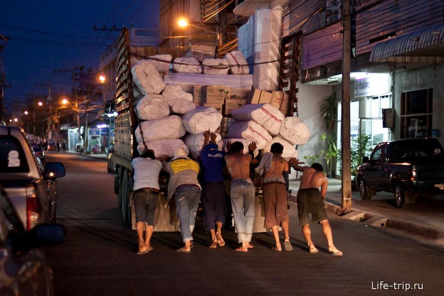 Катаем самосвал по ночному Ванг Вьенгу