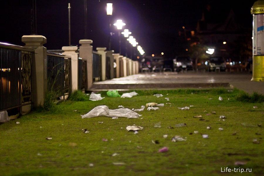 Прилетел откуда-то ветер и принес кучу мусора
