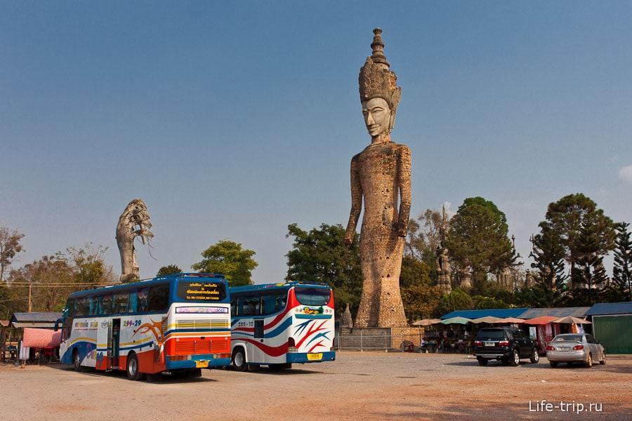 Стоянка возле Буддa парка Sala Keoku