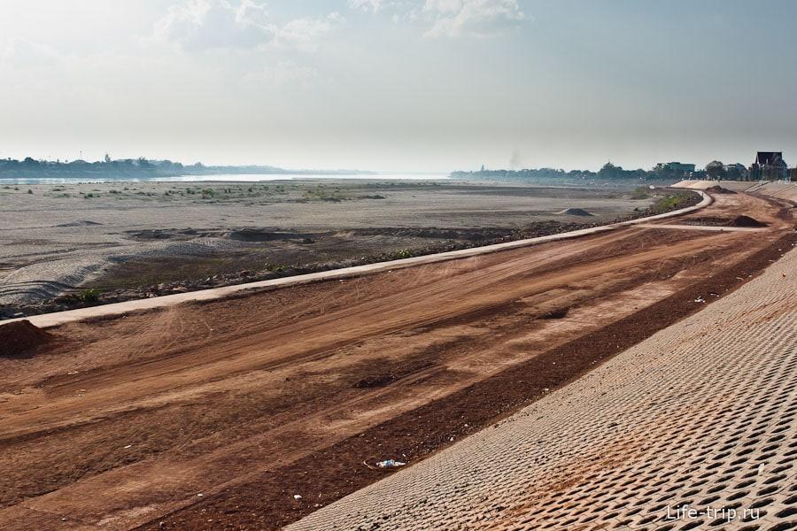 Вдалеке священный и обмельчавший Меконг
