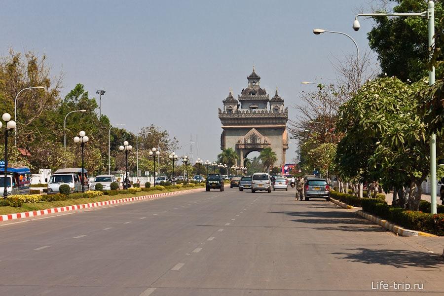 Триумфальная арка Patuxai - как на Елисейских полях
