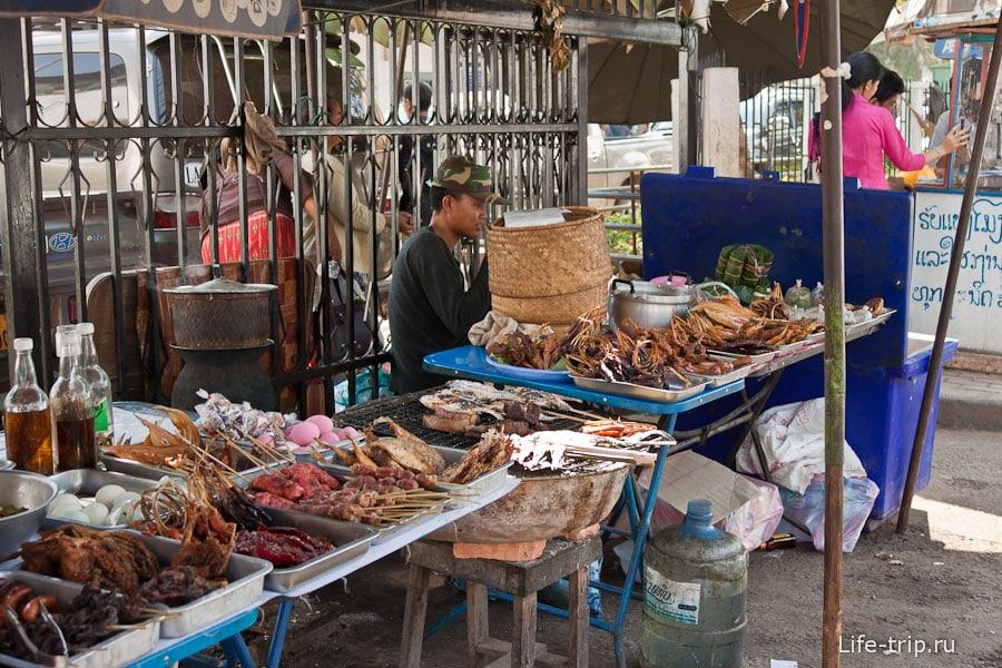 Еда на улице, как и в Таиланде