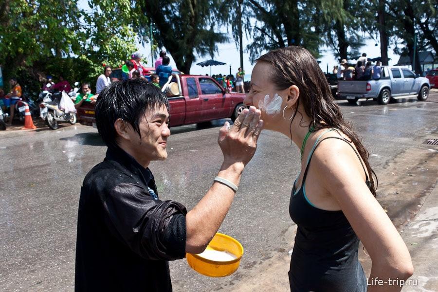 Так, нежно и приговаривая, Happy Songkran, мажут щеки тальком
