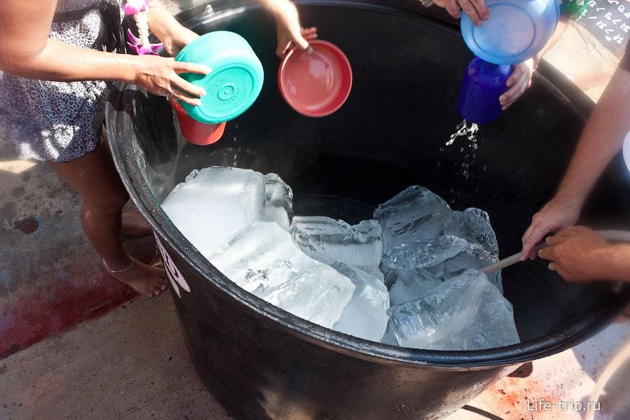 Многие кладут в бочки лед, чтобы вода была похолоднее и пободрящее