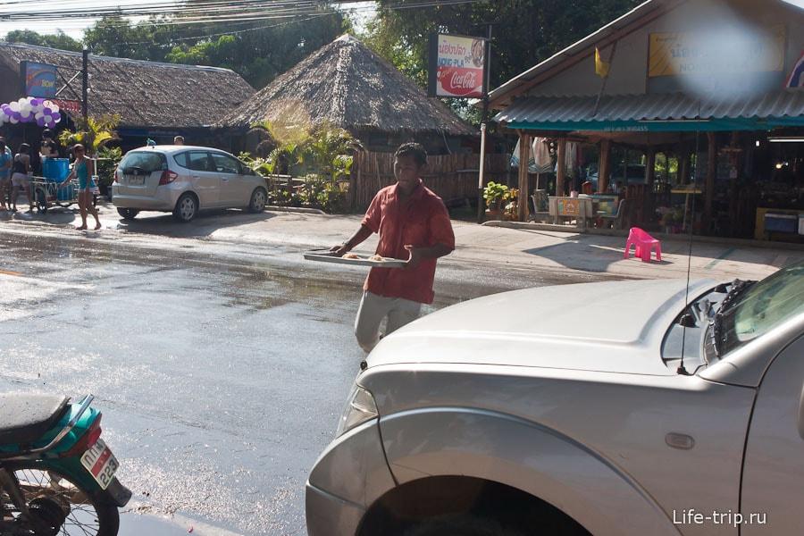 Бедные официанты лавируют между водяными выстрелами