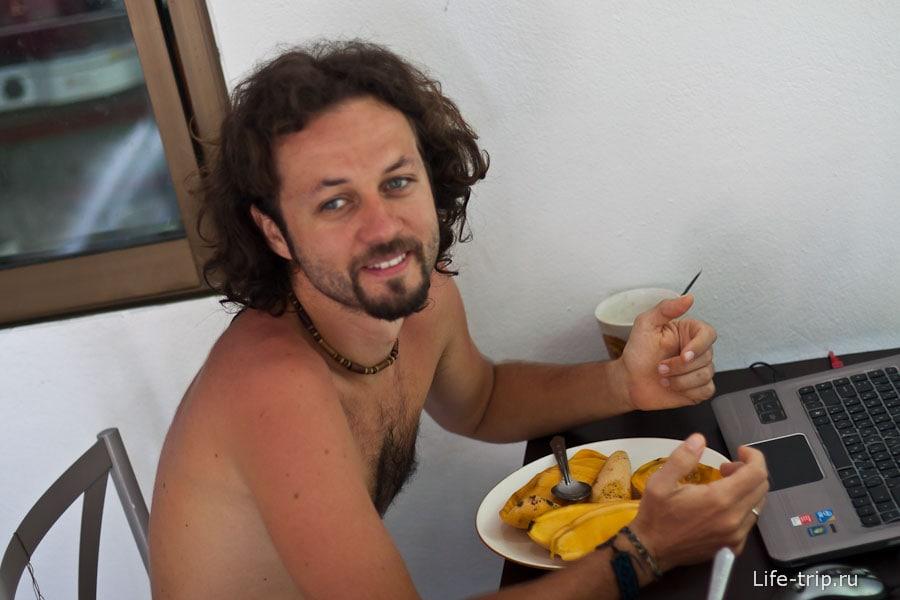 В Таиланде я ел манго и ходил без футболки