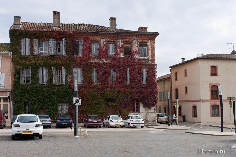 На улицах Франции встречаются и такие домики