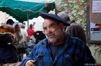 Удивительно улыбчивый и приветливый фермер на рынке