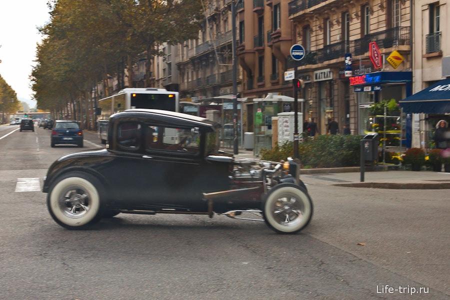 Вот такие раритеты ездят по улицам Франции