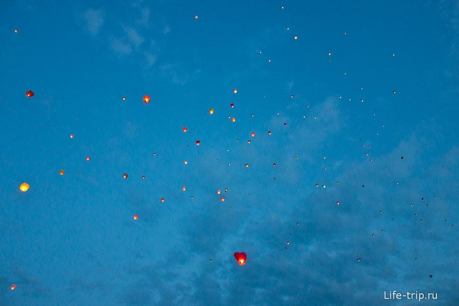 Небесные фонарики в небе