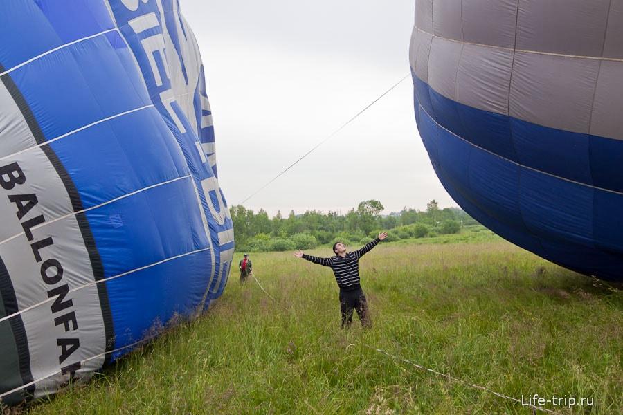 Все фотографируются на фоне воздушных шаров