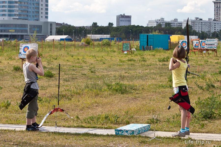 Дети с легкостью загоняют стрелы на 30 метров