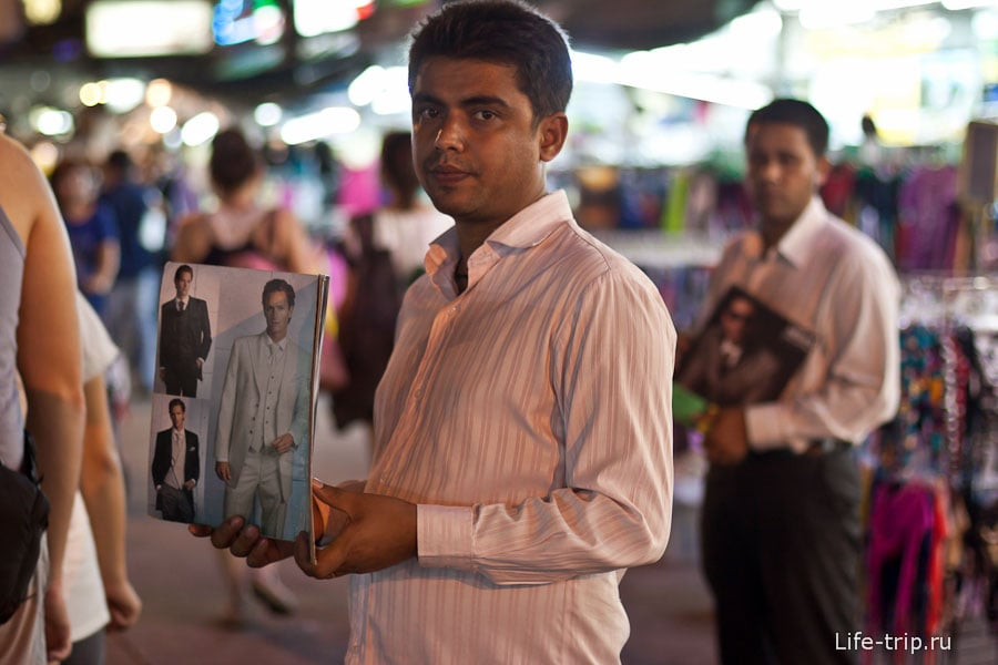 На Каосан Роуд индусы торгуют костюмами
