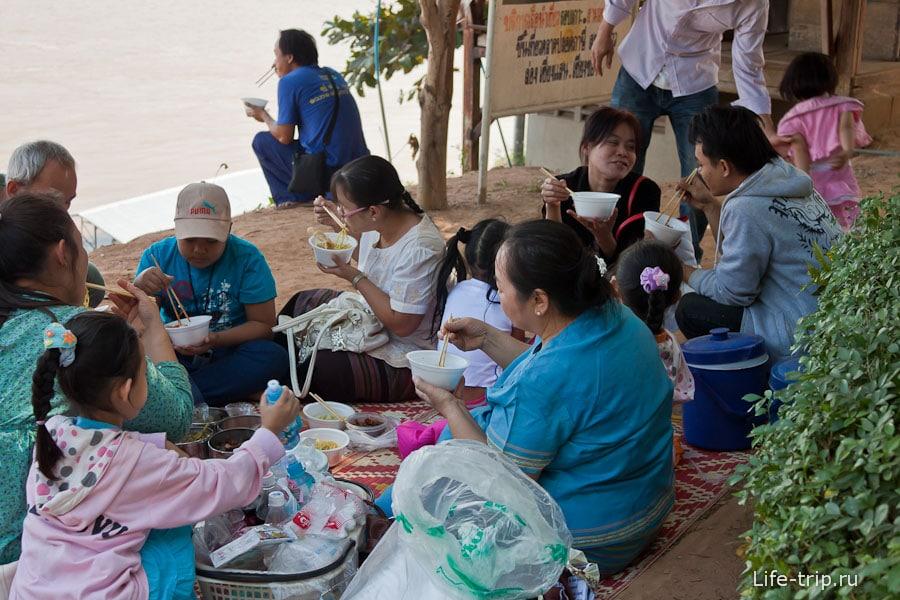 Вся семья за обедом на берегу реки Меконг