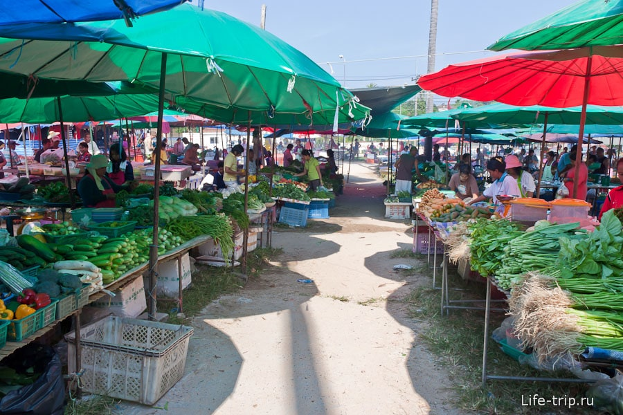 Тайские овощи и зелень на рынке