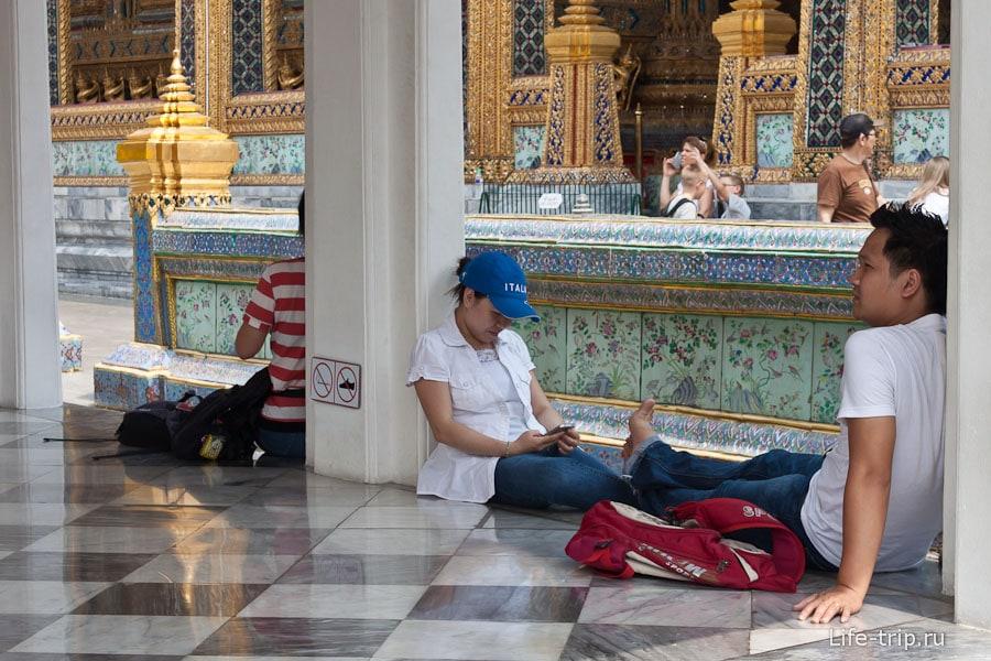 Многие утомляются и сидят отдыхают