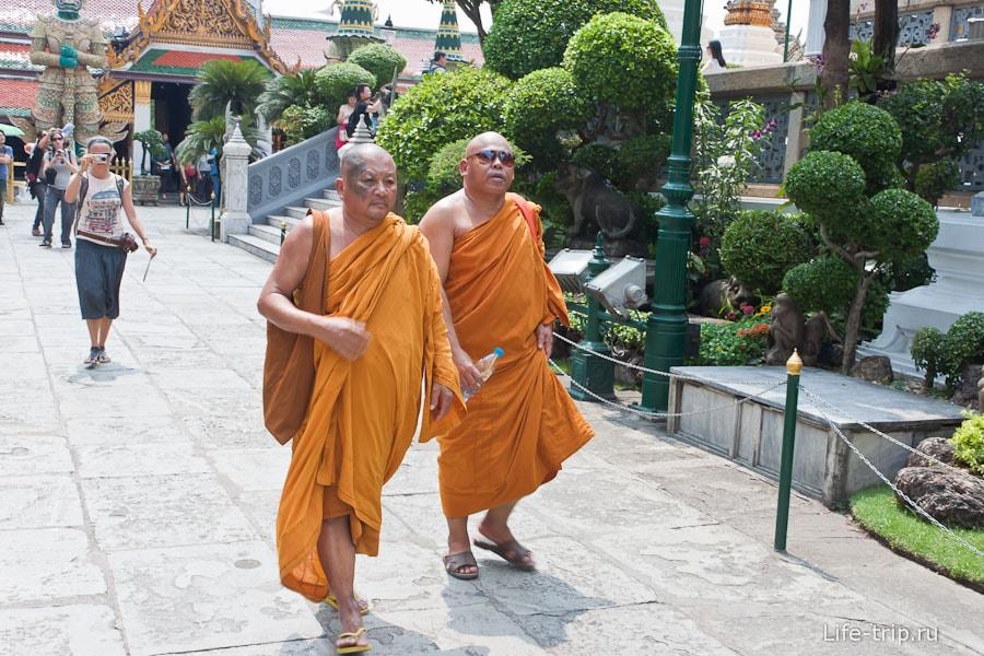 Монахи экскурсанты