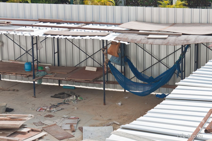 Рабочие отдыхают в гамаках