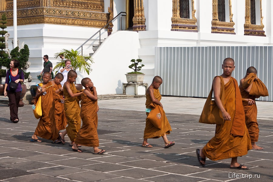 Монахи на экскурсии