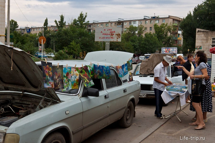 Мужчина торгует голографическими картинами