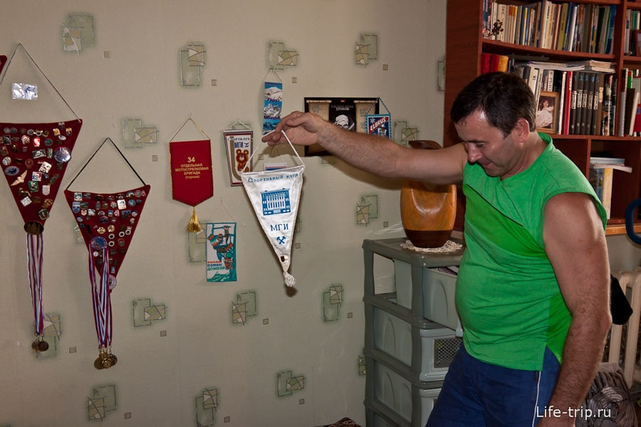 Александр демонстрирует награды