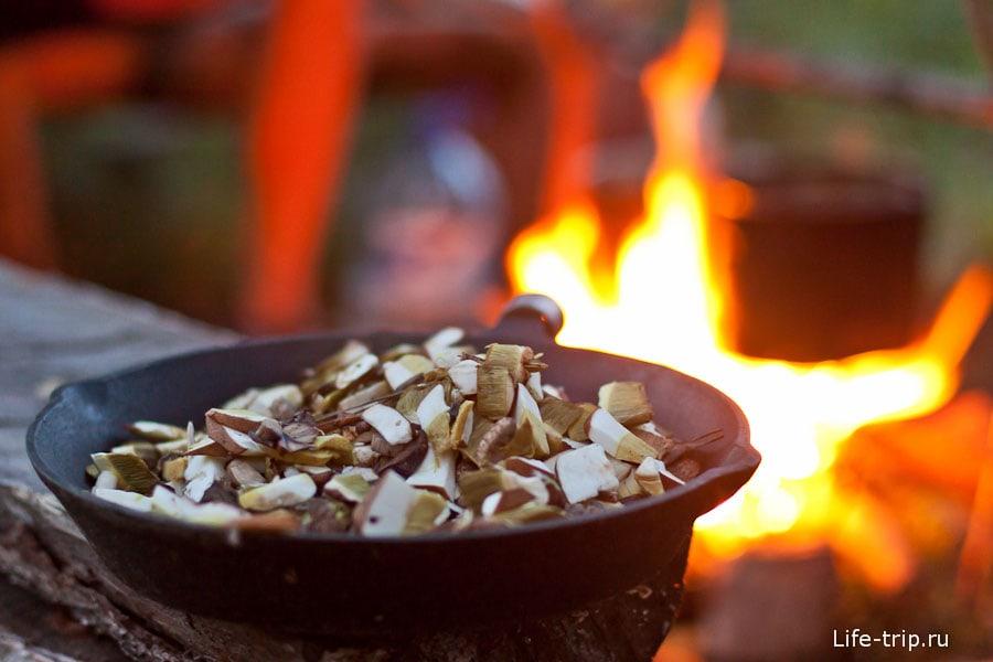 Белые грибы перед жаркой