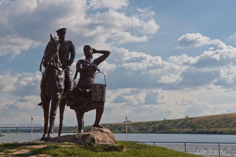 Памятник в городском парке