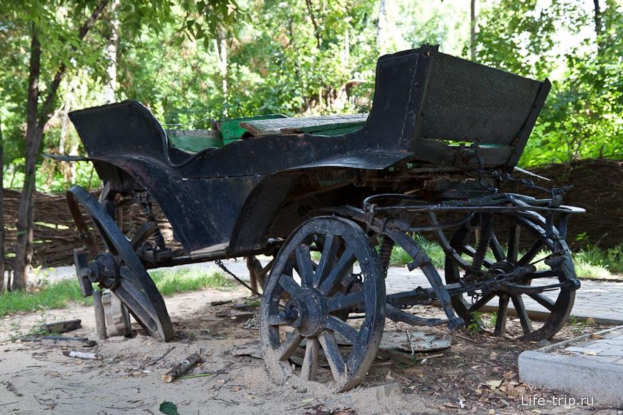 Старая телега в городском парке