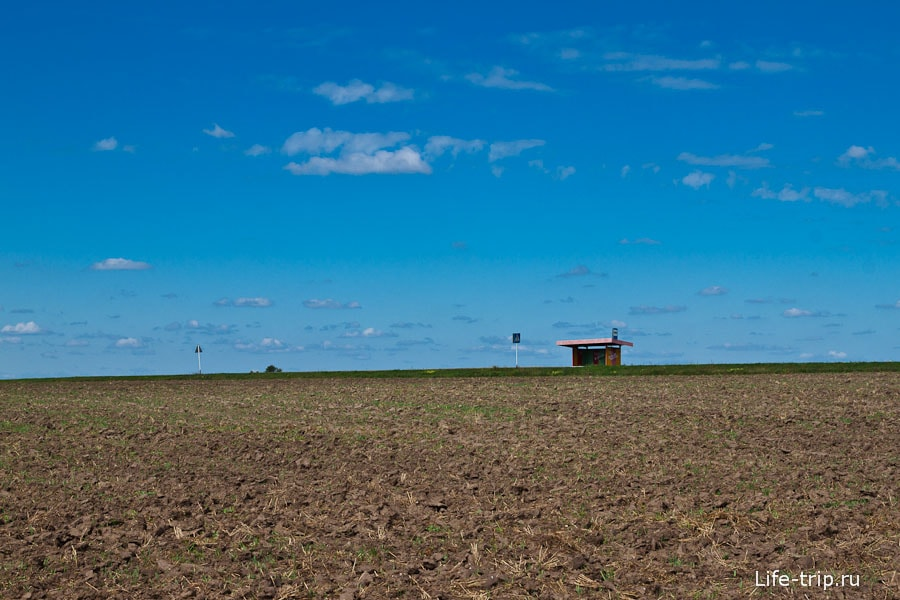 Одинокая остановка в поле