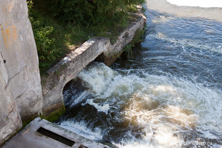 Потоки бурлящей воды