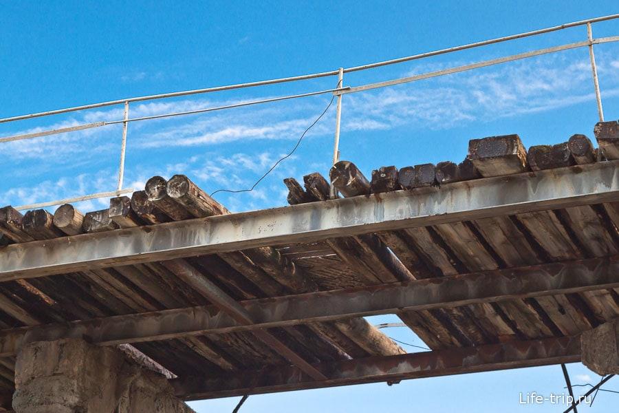Мост через реку поверх плотины