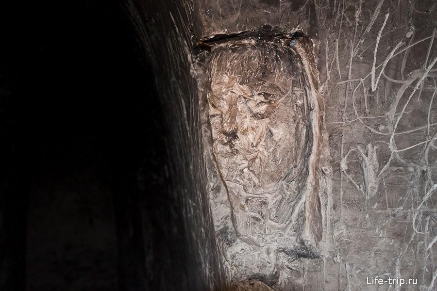 Лики на стенах