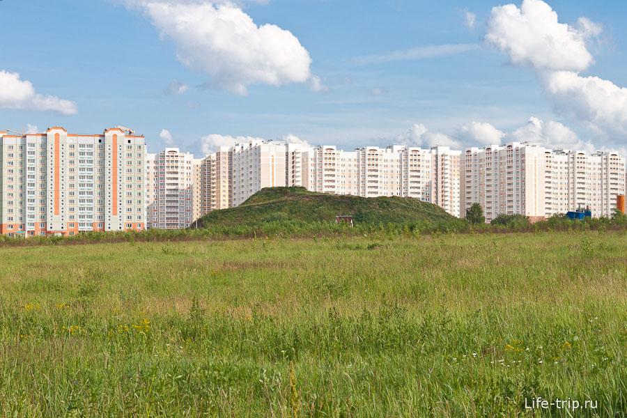 Новый район Кузнечики в Подольске и холм между домами