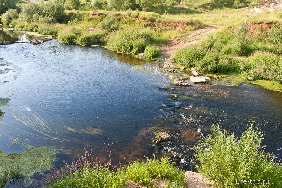 Рядом течет речка, визуально достаточно чистая