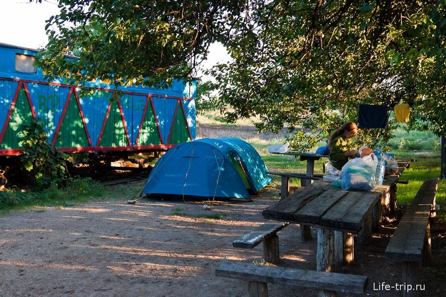 Мы остановились в лагере археологов
