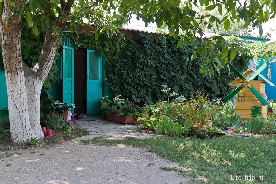 Милый летний домик снаружи