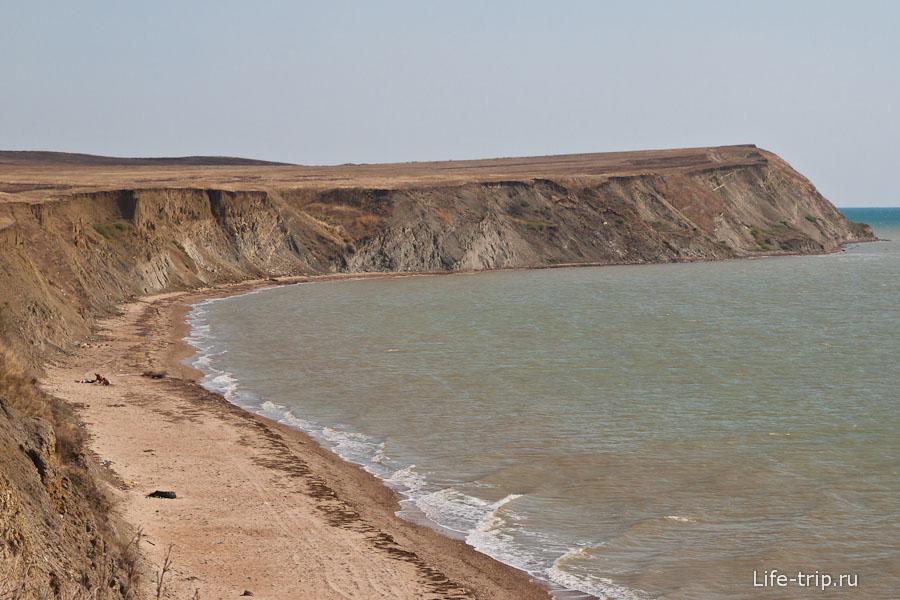 Пустынный обваливающийся берег