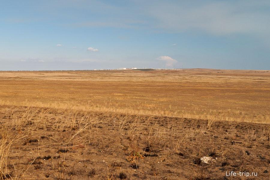 Вдалеке виднеется нефтеперегонная станция