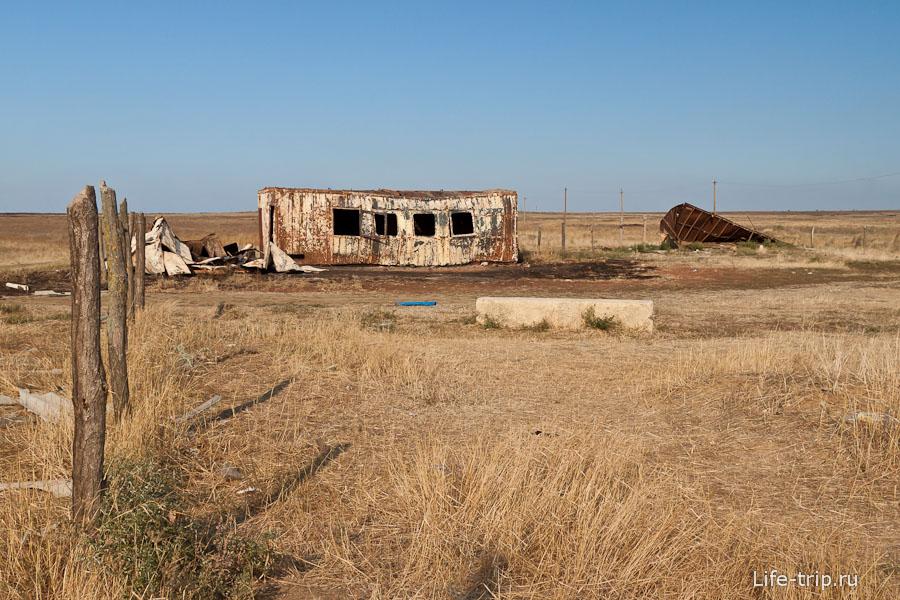 Заброшенный сгоревший вагончик