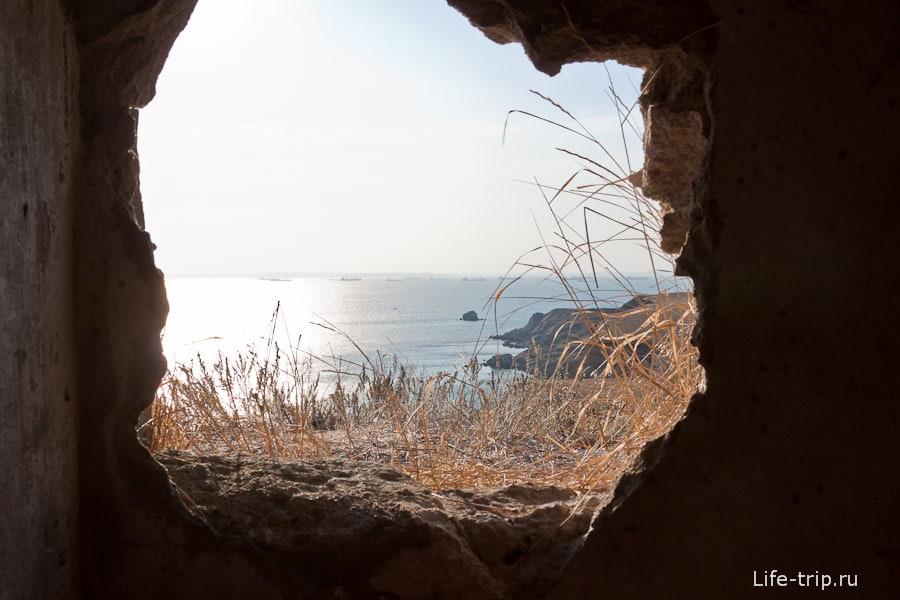 Из проломленной стены видно море