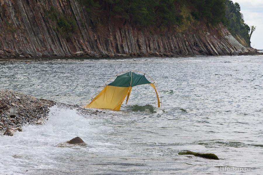 У кого-то в море унесло палатку