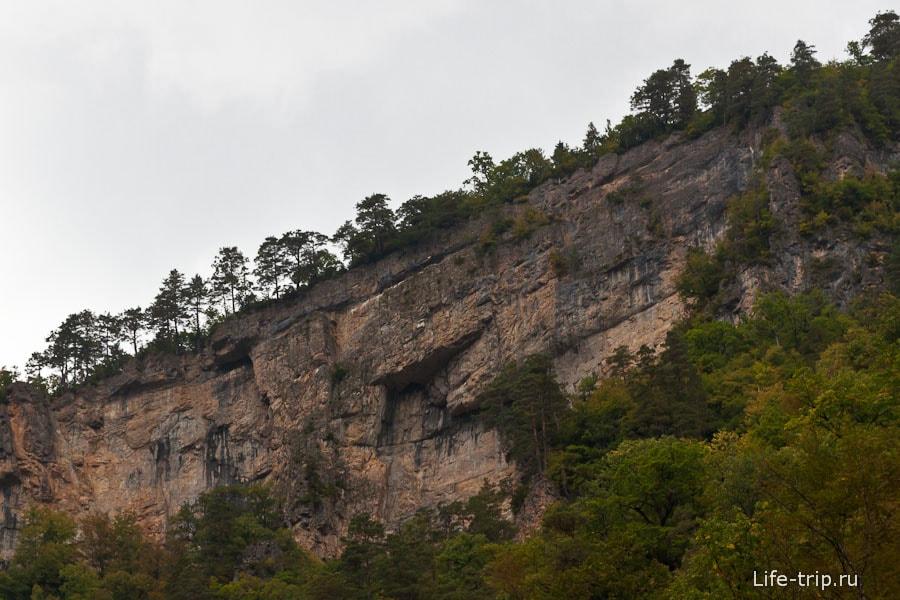 Вокруг вертикальные скалы