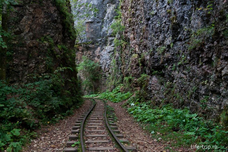 Местами скалы обступают с двух сторон