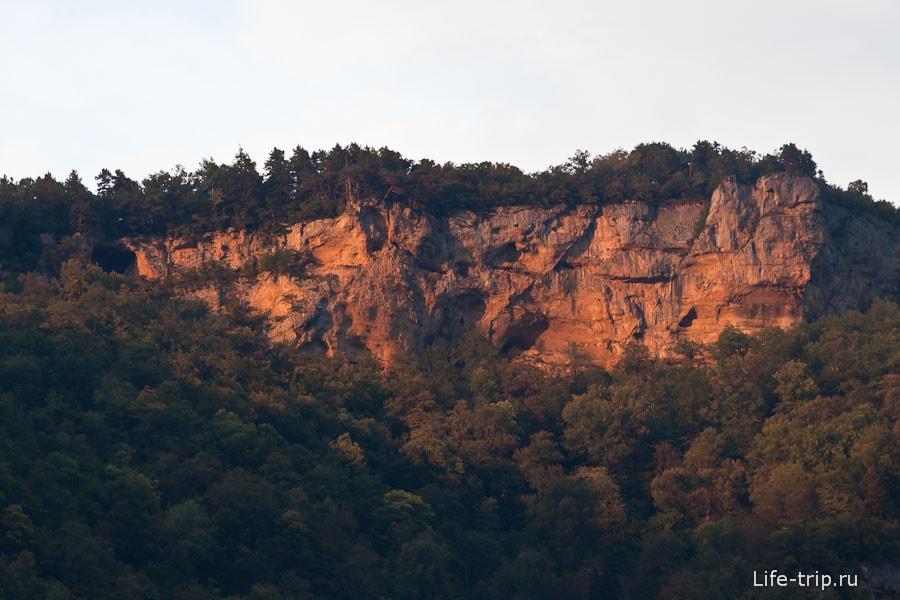 Закатное солнце освещает скалы