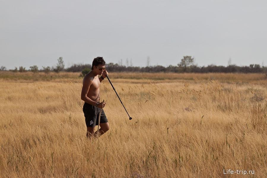 Абориген охотится на тушканчиков